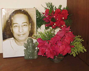 Keralean-cottage-bedside-image of Yogananda during Ananda Travels