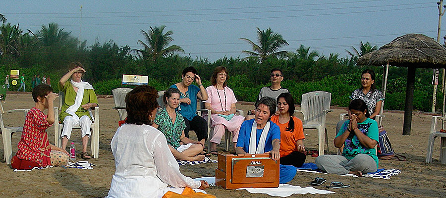 India-kirtan with Mantradevi on the beach in Serampore